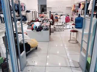 kệ bán hàng tại cửa hàng mẹ và bé