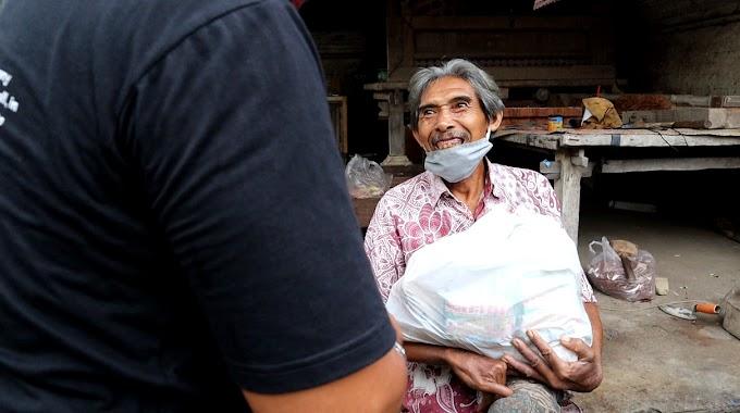 Paket Sembako untuk Lansia dan Yatim Piatu di Desa Saba, Gianyar