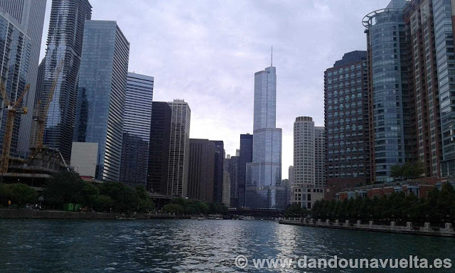 Vistas desde el paseo por el río Chicago con la torre Trump al fondo