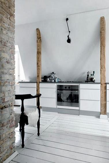 cocina con suelo madera pintado en blanco