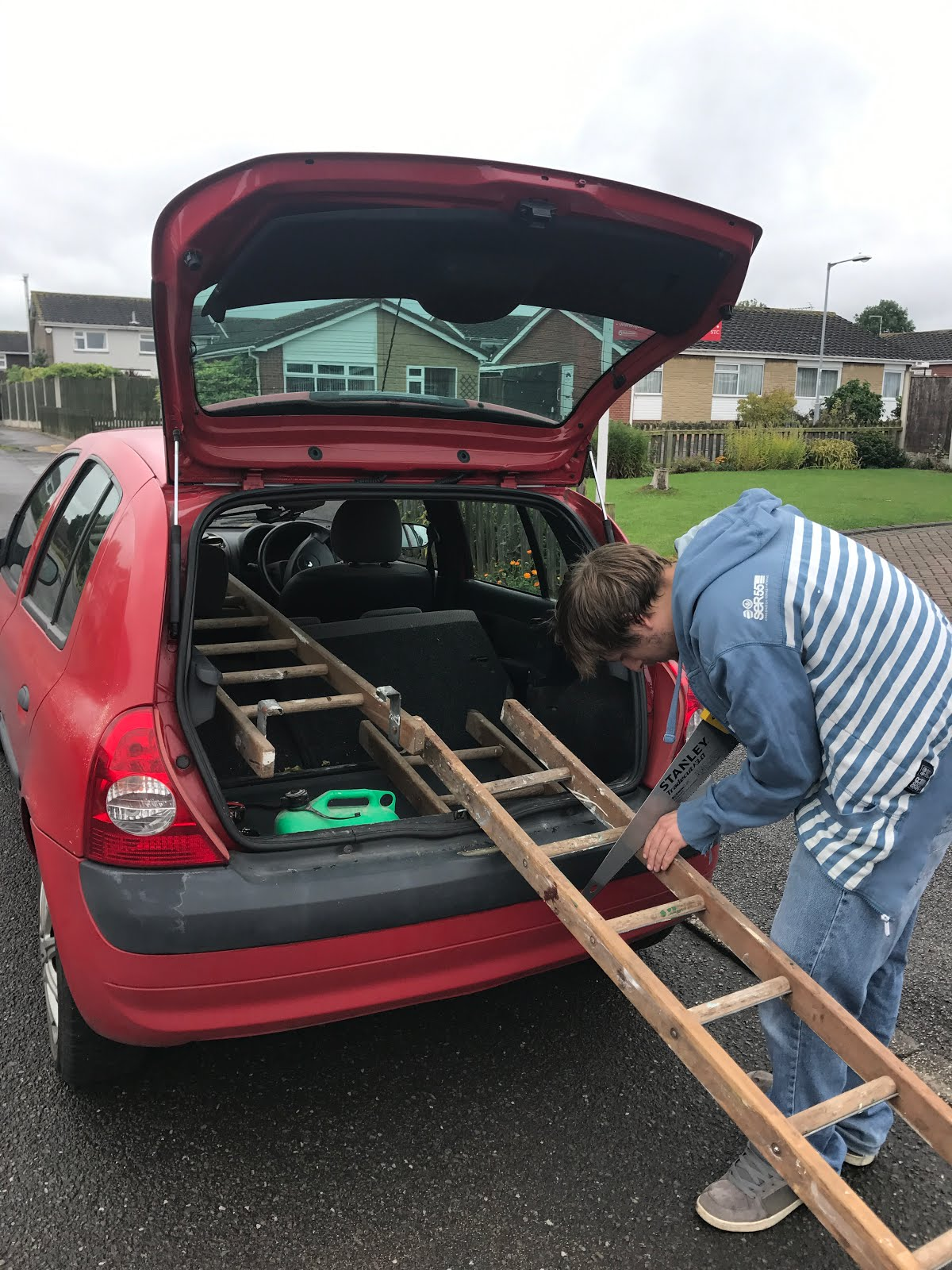 How to fit ladders into a car
