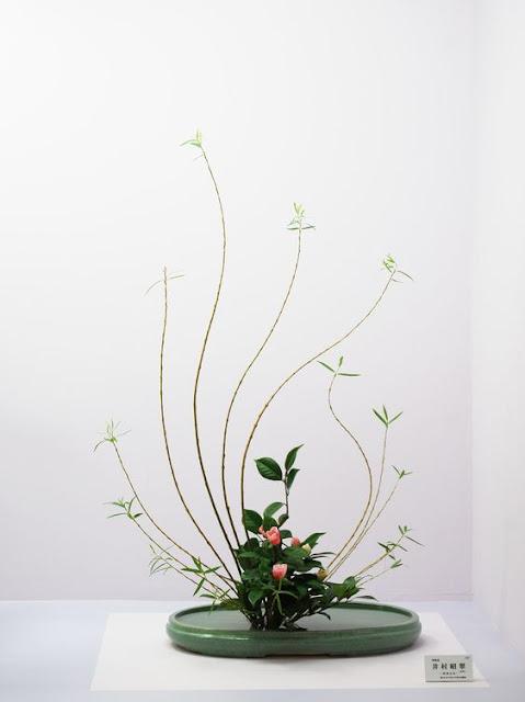 seni merangkai bunga dengan aliran Ikenobo