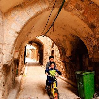Crianças palestinas brincam em Jerusalém (foto: Maurício Melo)