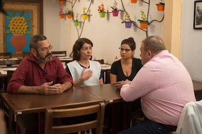 Jacquin conversa com os proprietários João e Linda, e Bruna, filha do casal - Crédito: Carlos Reinis/Band