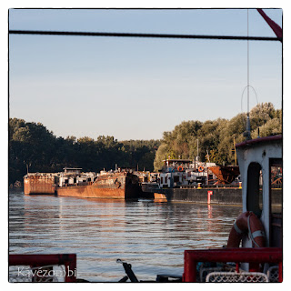 Régi hajó a tápéi kompról fotózva a Maroson