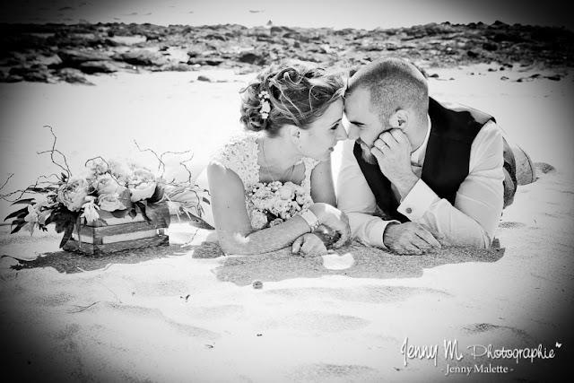 photo noir et blanc des mariés allongés sur la plage