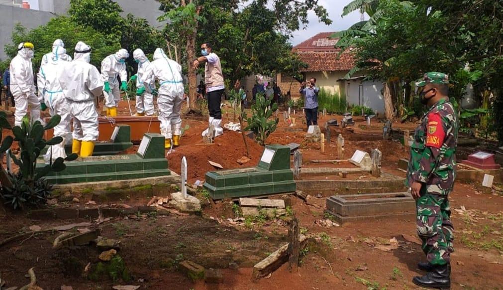 Babinsa Koramil 410-06/Kedaton Serda Gaguk Triyatno memonitor kegiatan pemakaman jenazah seorang laki-laki yang merupakan warga Kel. Sepang jaya