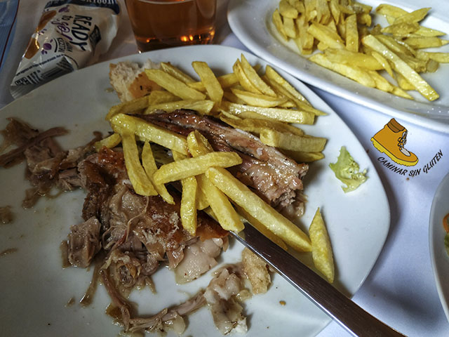 Cabrito asado con patatas fritas sin gluten Asador Roberto