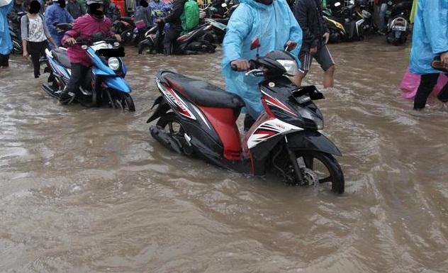 4 Cara Mengatasi Motor Mogok Karena Kehujanan
