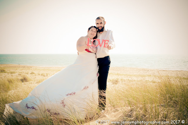 photo mariés dans les dunes avec mer et plage en arrière plan