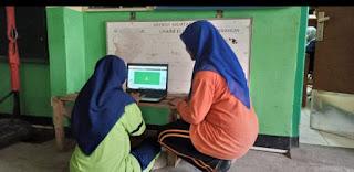 (Belajar koding di selasar sekolah – Dok. Susanti Hara)