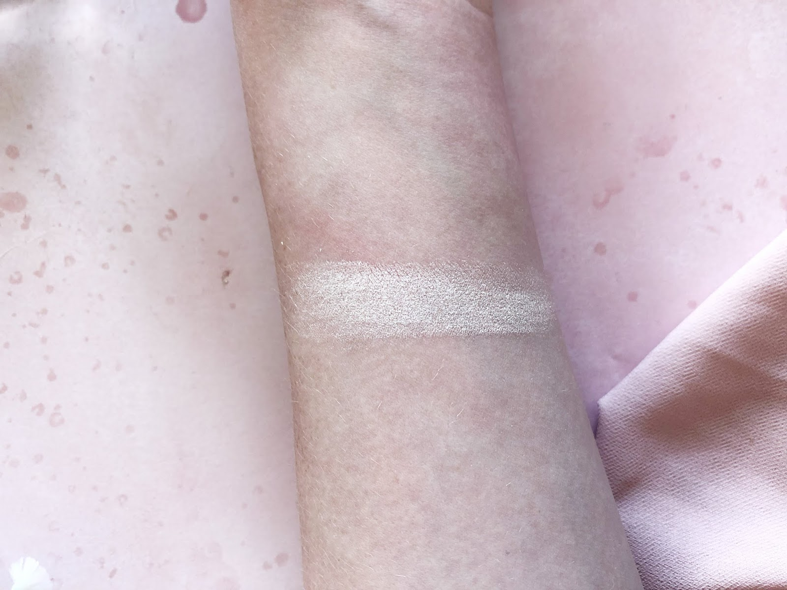 Ofra x Nikkie Tutorials Glazed Donut Highlighter Swatch