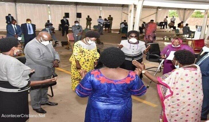 Parlamentarios ugandeses orando