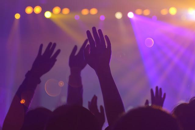 מניפים ידיים בקונצרט