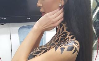 """Si pensó que el boob side era salir casi desnuda, se equivocó. Ahora el """"casi desnuda"""" es mucho más que vestir una camiseta escotada sin sujetador. Poco a poco, el Black Tape Project (el proyecto de la cinta adhesiva negra) se está imponiendo en la noche estadounidense."""