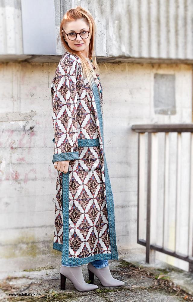 Kimono im Alltag richtig kombinieren, blaue Jeans im Bikerstil