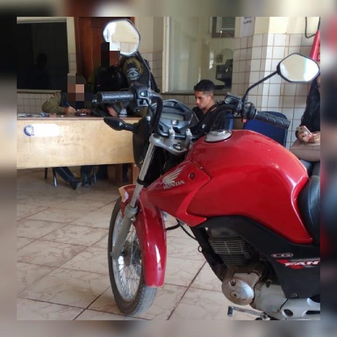 Jovem de 19 anos é detido pelo moto-patrulhamento da PM na 35a rua bairro Santo Antônio, em Itaituba