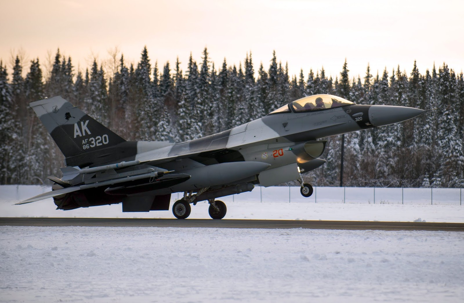 F-16 The Fighting Falcon of USAF Snowy Rotating Takeoff - AERONEF NET