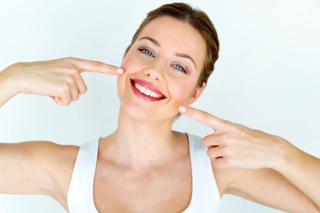 تبييض الاسنان ومحاربة الاصفرار بطرق طبيعية في المنزل