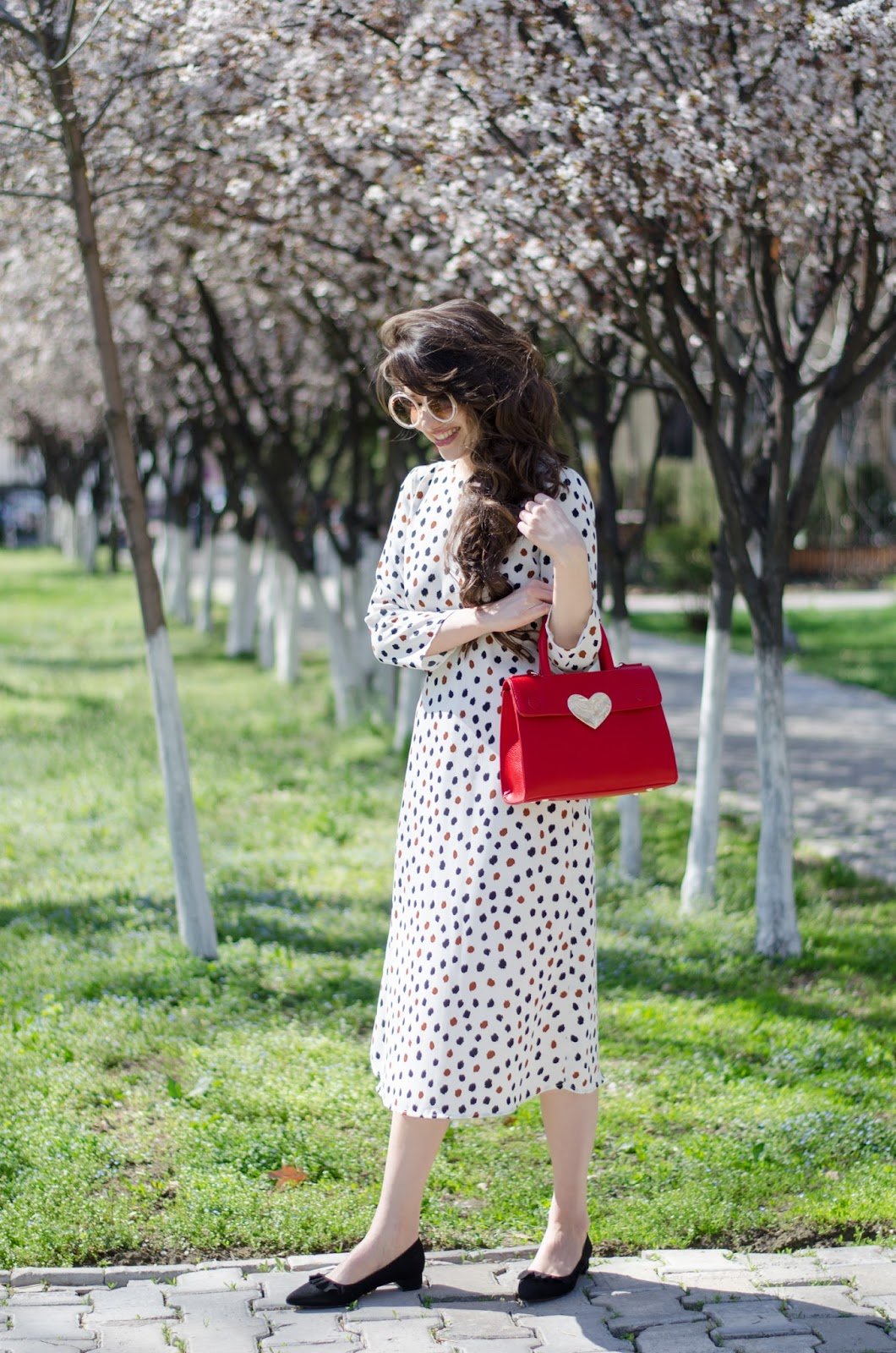 fashion blogger diyorasnotes diyora beta midi vintage dress open back black heels h&m red bag curly hair