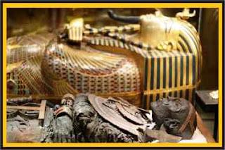 Bir mumya ve Tutankhamun'un tabutlarından biri - AWRAQ