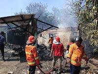 Bekas Rumdin Kepala Dintanpan Terbakar, Belasan Motor dan Dua Minibus Hangus