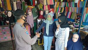 Personil Polsek Rancaekek Polreata Bandung Imbauan ke Pengunjung Pasar Dangdeur