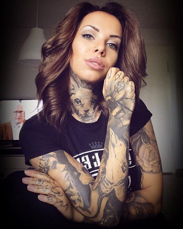 Nina Luthy posando con tatuaje en blanco y negro