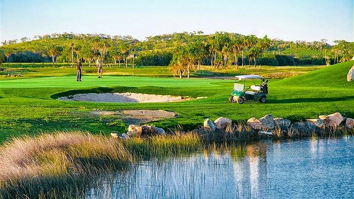 campo de golf con cesped artificial