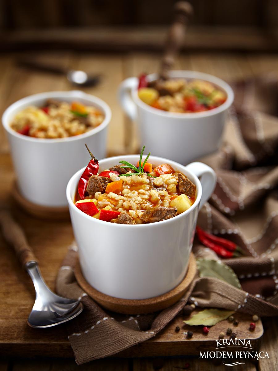 zupa gulaszowa, zupa węgierska, zupa z wołowiną, zupa z kaszą pęczak, zupa z pęczkiem, rozgrzewająca zupa, kraina miodem płynąca