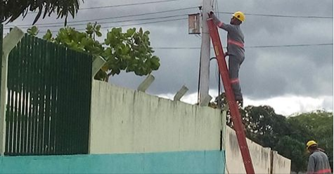 """Escola Municipal em Piranhas é flagrada com """"Gato"""" na energia e corte é realizado pela Eletrobras"""