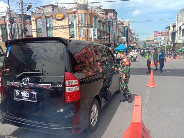Penyekatan Level lll Diwilayah Kota Pematang Dilakukan Personel Kodim 0207/Simalungun Bersama Dinas Terkait