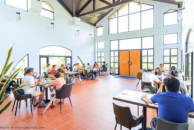 MG 8556 - 台中景觀餐廳推薦,獨棟好拍橘白洋房,落地大窗與大片草地好愜意,同時也是寵物友善餐廳!
