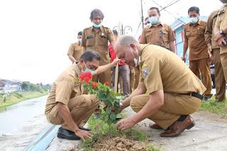 Bupati Taput Tanam Serentak Bunga Bougenville dan Pohon Berbuah di Sepanjang Kota Tarutung