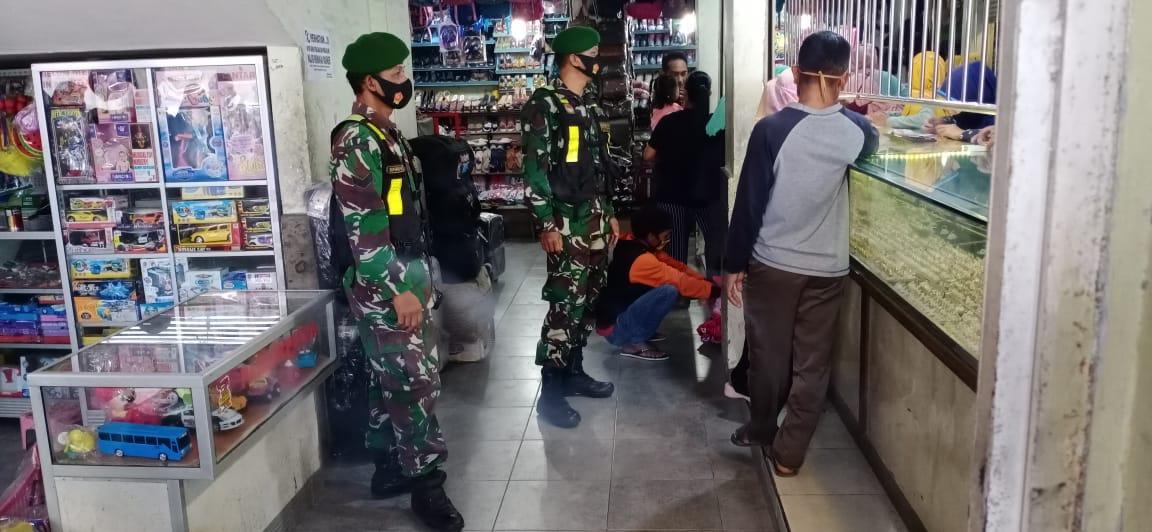 Babinsa Koramil Saradan Patroli Di Pasar Serukan Penerapan Protokol Kesehatan