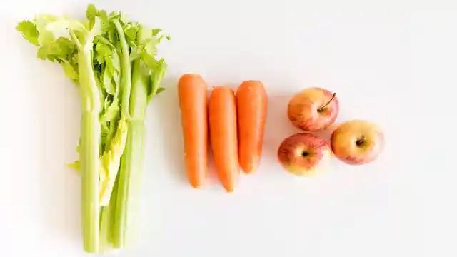 الفواكه والخضروات للحصول على أسنان بيضاء والتخلص من اصفرارها.