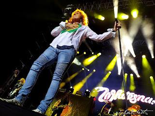 David Coverdale segurando o pedestal do microfone no palco em Porto Alegre