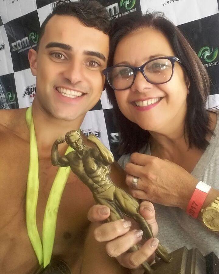Ramon Cabral ao lado da mãe, sua maior incentivadora no esporte. Foto: Arquivo pessoal