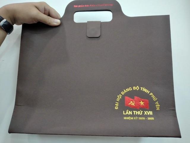 Đà Nẵng tặng sách, Phú Yên tặng cặp giấy cho đại biểu Đại hội Đảng bộ