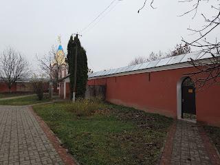 Густыня. Свято-Троицкий монастырь. Защитные стены и каменная ограда