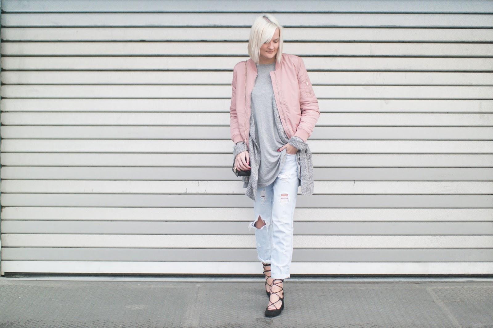 e7e2cf776587a Tasche schwarz  Furla Ripped Jeans  Zara Geschnürte Pumps  Zara Cardigan  grau  Primark Longshirt grau  Gina Tricot