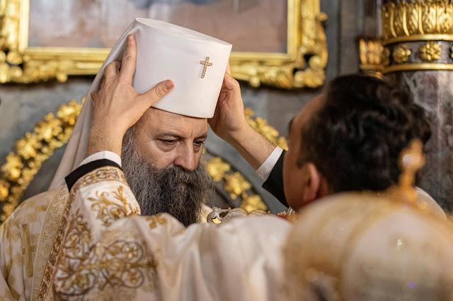 O patriarca sérvio Porfirije foi entronizado na sexta-feira durante uma cerimônia na igreja de Saborna em Belgrado.