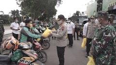 TNI- Polri Bersama Forkopimda Bagikan Sembako Bagi Masyarakat Batang Terdampak Pandemi Covid-19