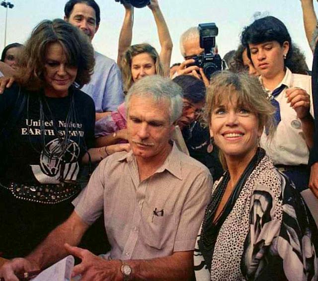 A atriz Jane Fonda e Ted Turner, fundador da CNN, subscrevem mensagem ecológica. A Revolução Cultural engajou suas figuras mais ardidas contra o cristianismo.