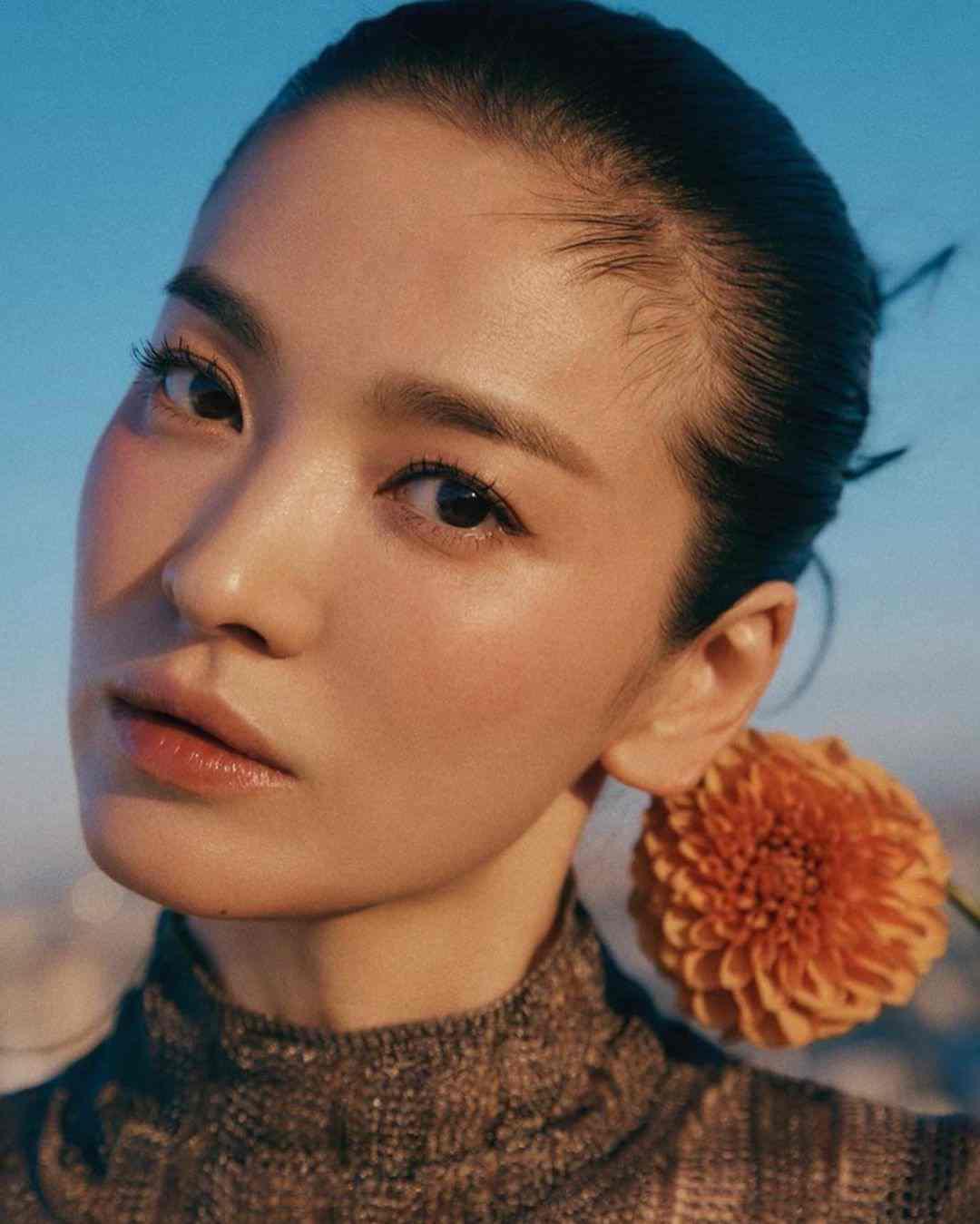 """Ánh ban mai lấp lánh trên làn da Song Hye Kyo là ánh nắng sớm của một ngày mới, một khởi đầu mới đúng với tinh thần """"New Beginnings"""" của tạp chí Vogue"""