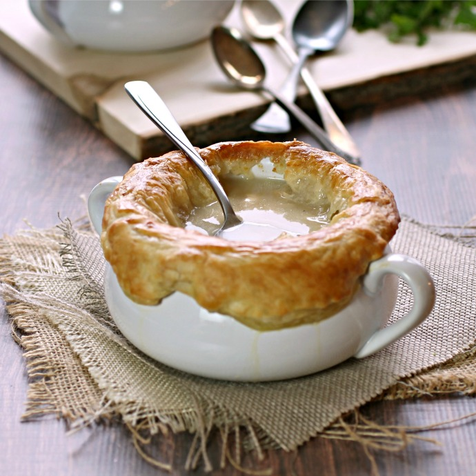 Recipe for a smooth, creamy onion soup with smoked cheese and a puff pastry crust.