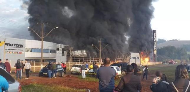 Fábrica da maior empresa de moto peças da América Latina pega fogo em Siqueira Campos