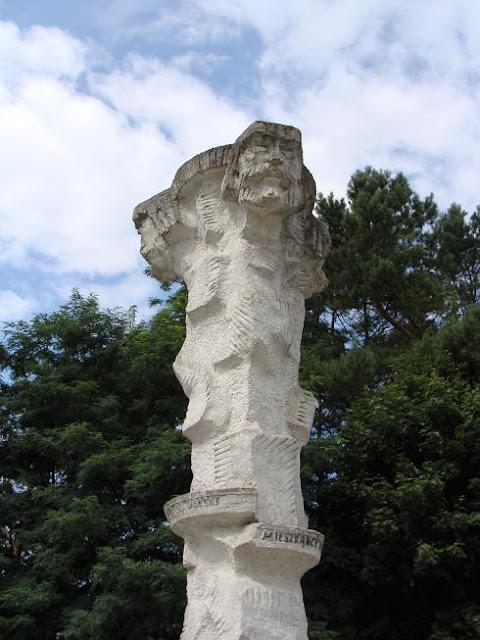 Rzeźba pogańskiego boga Trzygłowa - Tryglava na wyspie Wolin