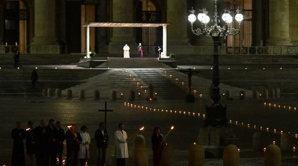 Papa Francisco realiza viacrucis sin fieles ante pandemia