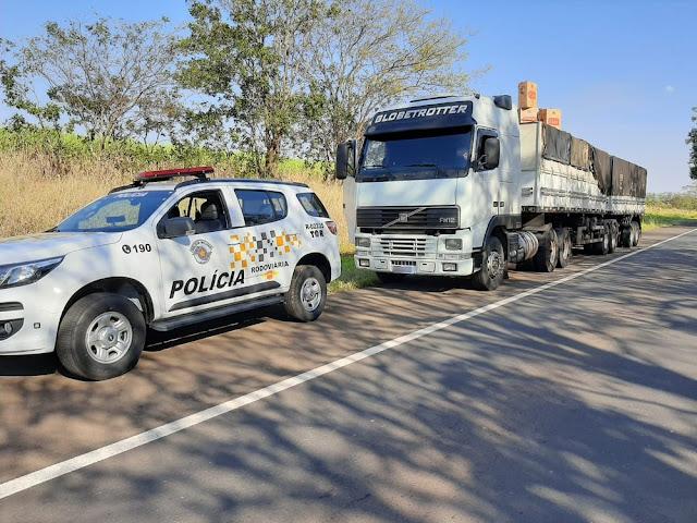 Abordagem a carreta na Rodovia Assis Chateaubriand resulta em apreensão de cigarros contrabandeados do Paraguai